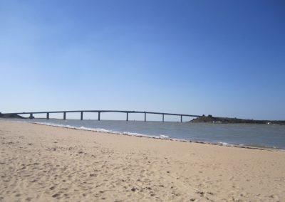 strand bij de brug van Noirmoutier in Frankrijk