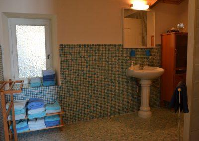 ruime badkamer in vakantiehuisje in frankrijk