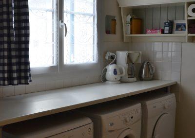 buanderie avec lave-linge et sèche-linge dans gîte en France