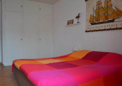 Chambre spacieuse avec beaucoup d'espace de rangement dans une gîte