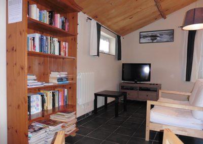 studio met tv dvd speler en boekenkast in frankrijk