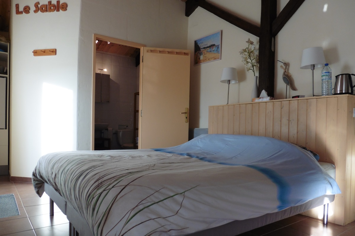 Bed breakfast room with own entrance in the vend e france only 800m from the coast - Bed kamer ...