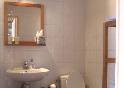 kamer in frankrijk met ruime badkamer