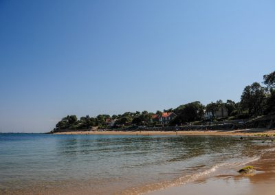 rustig strand aan de franse kust