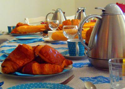 ontbijt in frankrijk met verse croissaintjes