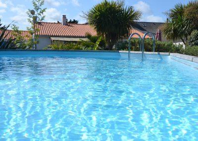 zwembad bij vakantiehuis in frankrijk