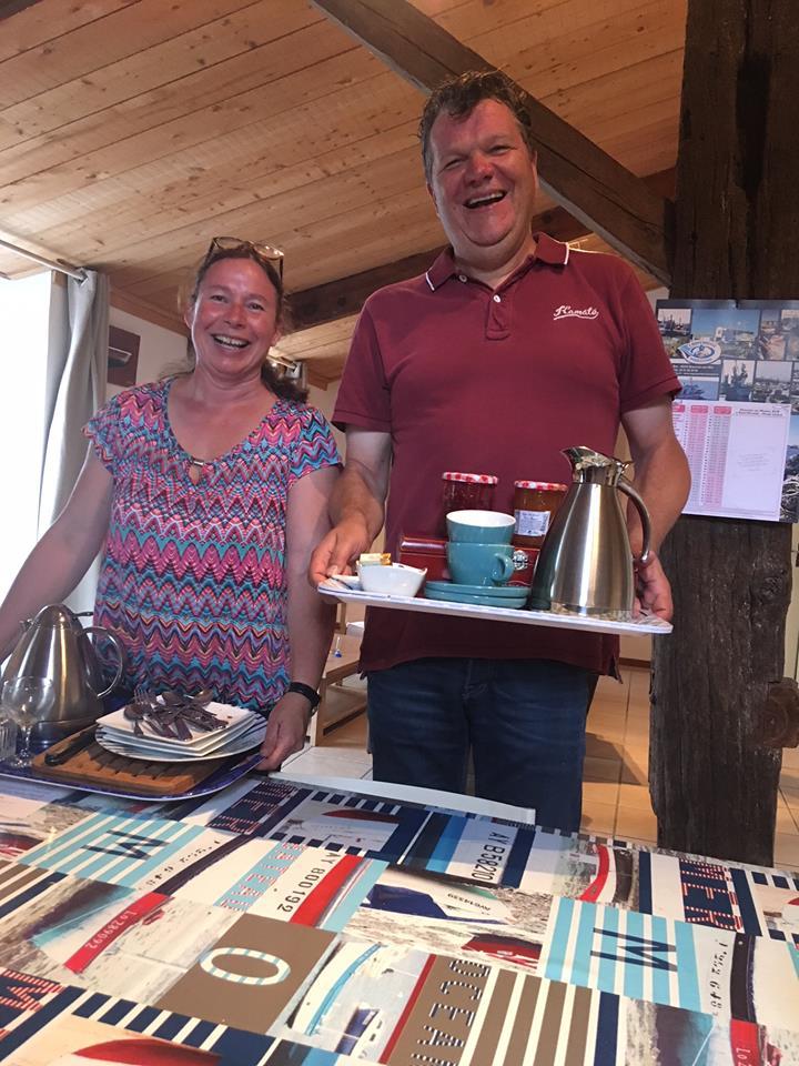Hemko en Martine serveren het ontbijt