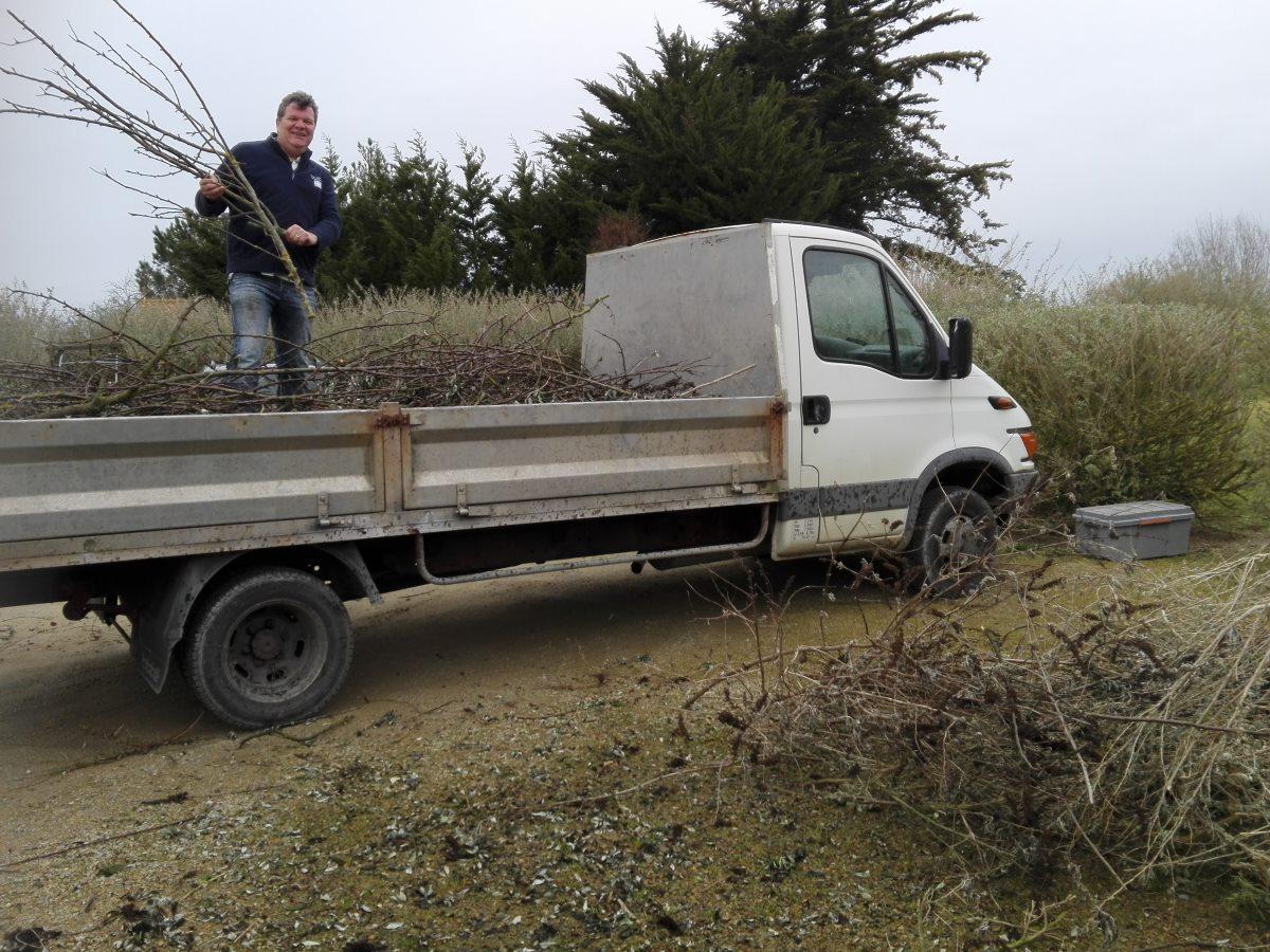 We lenen de vrachtwagen van de buurman