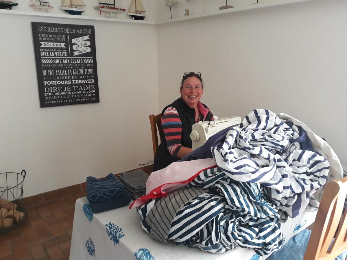 Martine achter de naaimachine