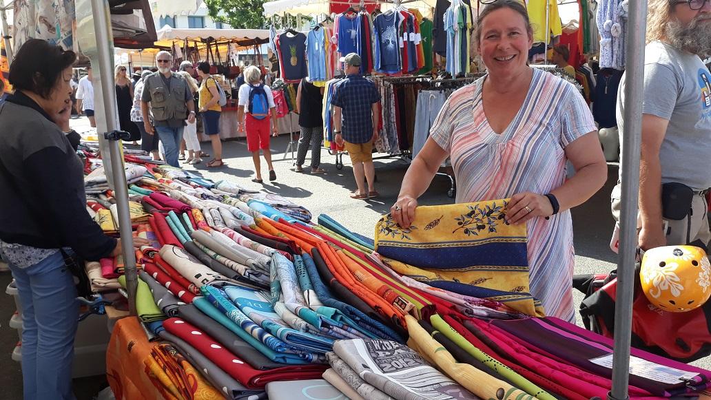 Martine en Hemko kopen op de markt